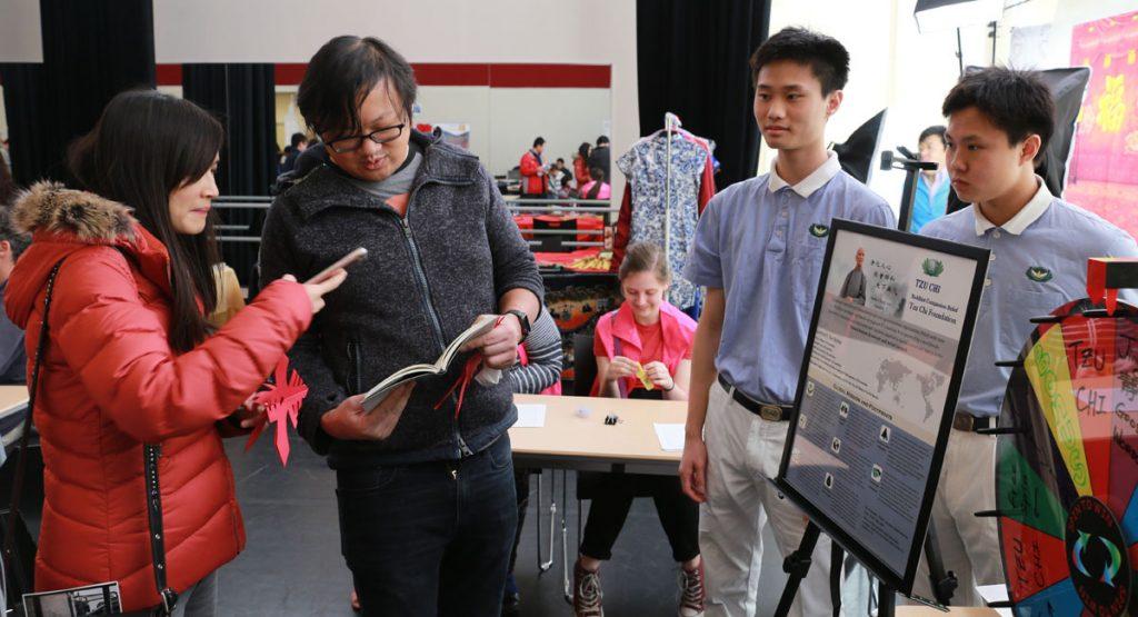 慈濟青年志工在奉茶區主持玩遊戲認識慈濟。攝影/溫倉彬