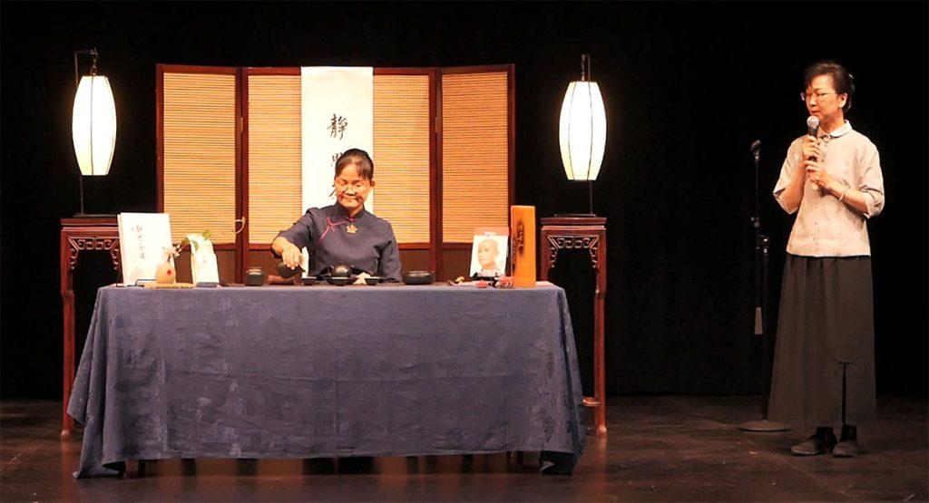 慈濟志工黃芳文說明慈濟緣起,介紹「三好茶」。攝影/陳宗坤