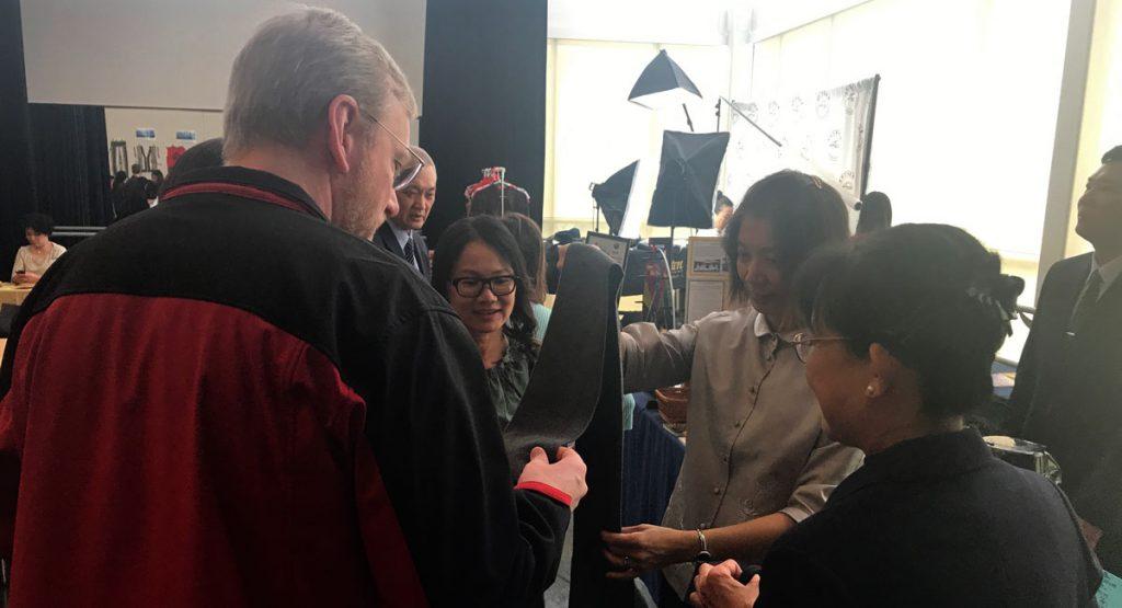 慈濟志工步迺璇(圖右二)向與會者分享大愛感恩科技圍巾,推廣環保理念。攝影/黃芳文