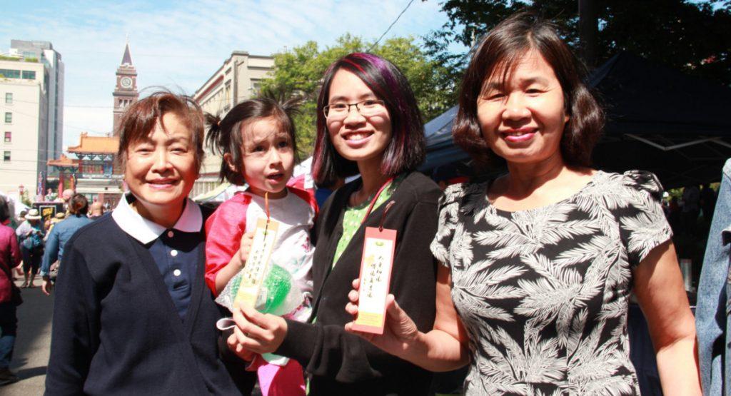 越南裔的祖母和母女三人(右起三人),各自抽了靜思語書簽,經過志工翻譯後,表示很喜歡上面的句子。攝影/張立甲