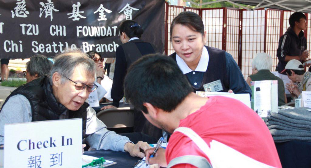 慈濟人才濟濟,志工陳鑫讌(右)長年在墨西哥經商,西班牙語流利,在現場服務西班牙語系的民眾。攝影/張立甲