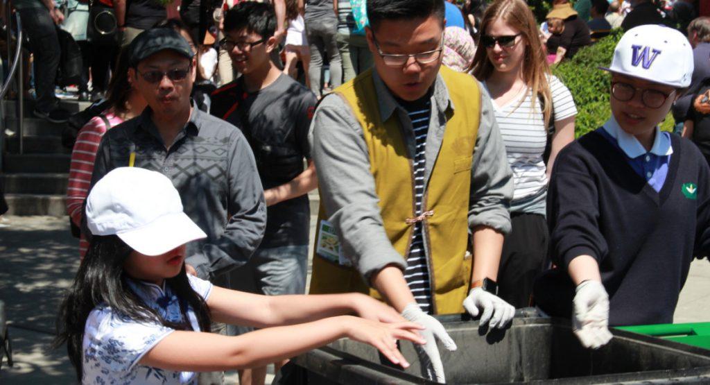 華盛頓大學慈青頂著大太陽分成四站,引導遊客做垃圾分類及資源回收,宣導正確的環保回收知識。攝影/張立甲