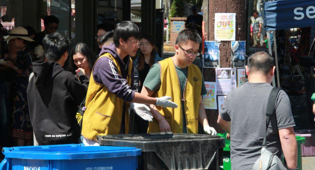 慈青們在太陽下透過垃圾分類及資源回收,鼓勵遊客在四常生活中施行環保。攝影/張立甲