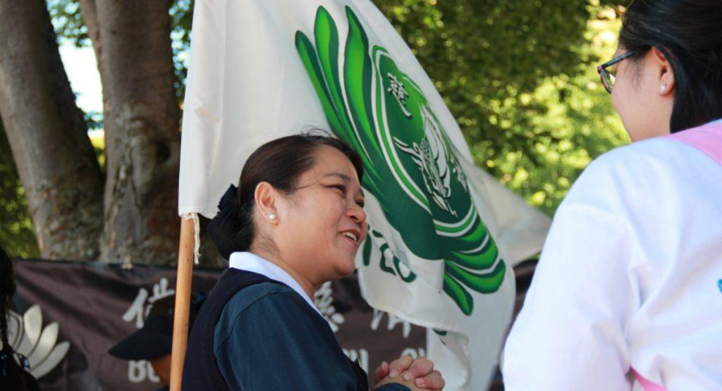 志工陳鑫讌(左)。攝影/張立甲