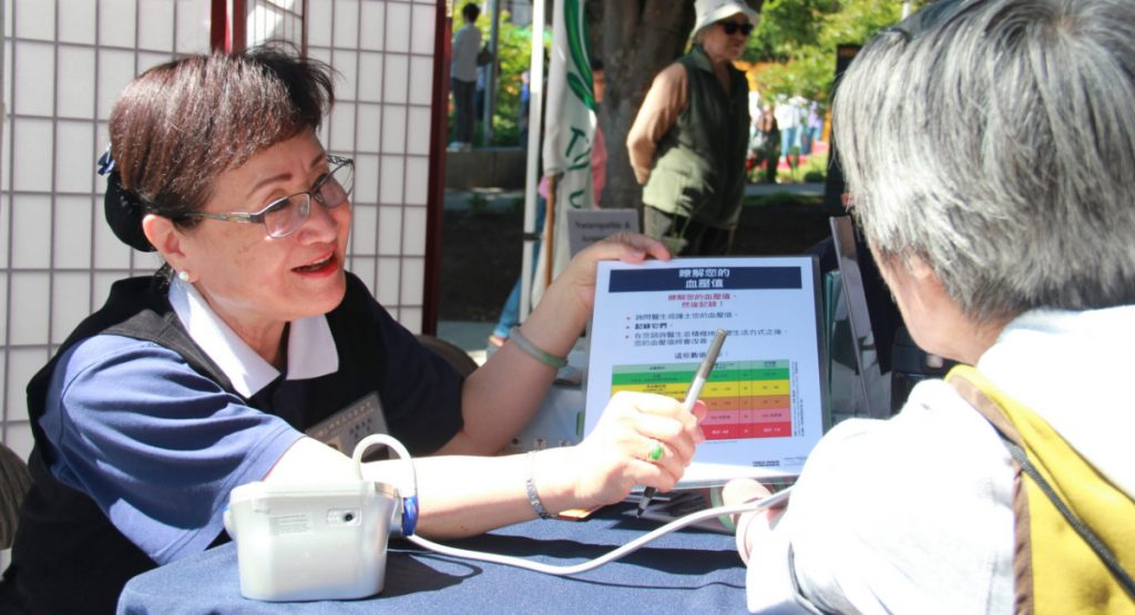 志工廖美茜(左)也是人醫會成員之一,在中國城深耕多年,當天也到醫療諮詢站做志工。攝影/張立甲