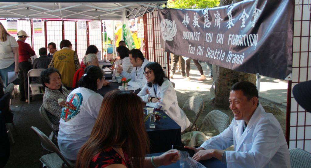 醫療諮詢站(右起)分別為推拿按摩師含天醫師,內科蔡青珊醫生,牙科江捷豪醫生,中醫林佩華醫生,周利潔護士。攝影/張立甲