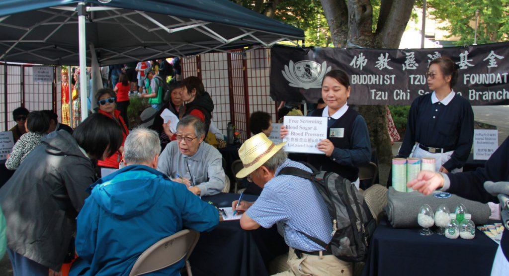 華埠海洋節祥龍慶典中,有慈濟西雅圖支會提供的免費醫療服務。攝影/應仲銘