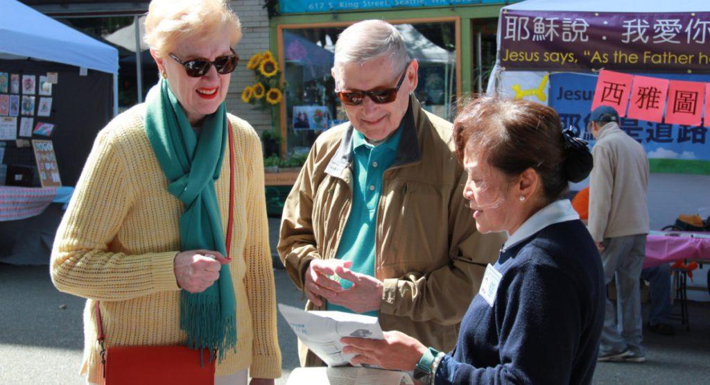 志工彭淑珠(右)向遊客介紹慈濟。攝影/張立甲