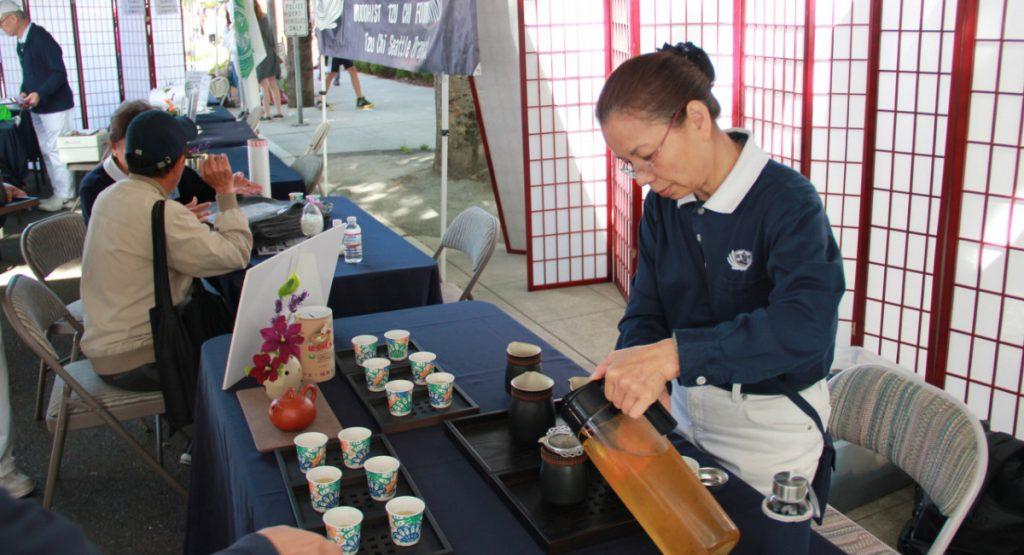 茶道老師陳美香(右)歡喜準備和大眾結緣的冷泡茶。攝影/張立甲