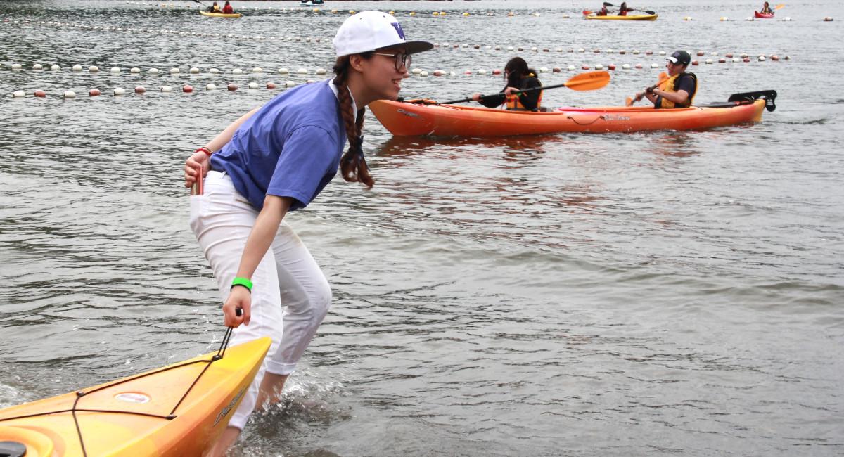華大慈青李芷晴發揮了強健的體能,拖船、陪伴,划船樣樣來。攝影/張立甲