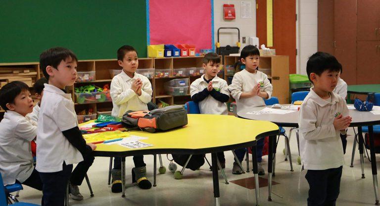 小朋友一起為疫區祈禱。攝影/馬樂