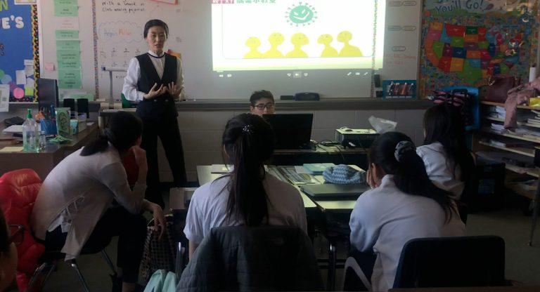 老師向高年級同學介紹新冠病毒。攝影/馬樂