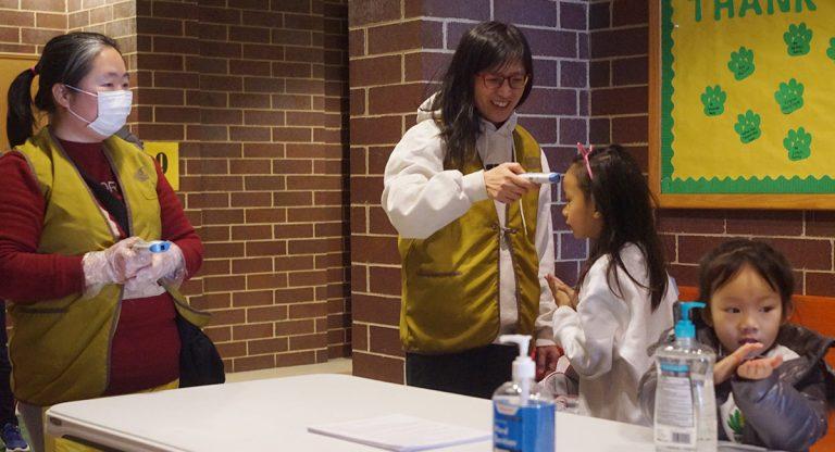 師生家長都要使用乾洗手液做好防疫工作。攝影/馬樂