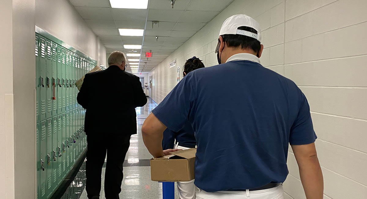 志工進入哈里斯縣警局監獄管轄部門。攝影/劉本琦