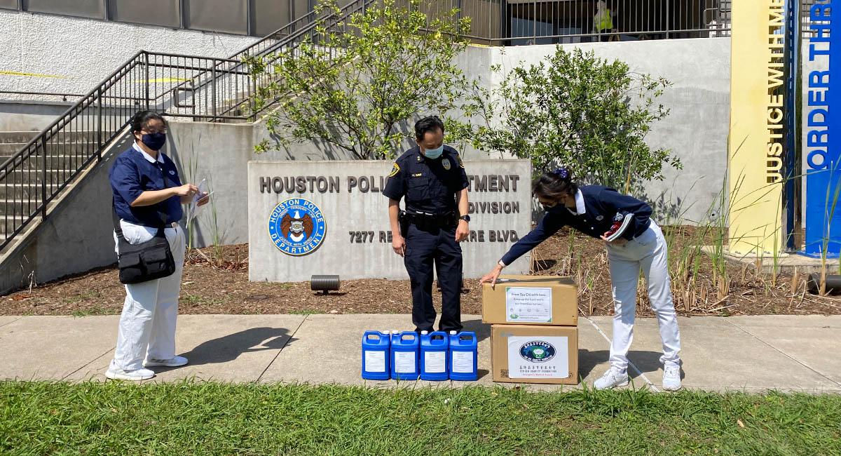 志工為辛勞的休士頓市維安員警送上防疫物資。圖中者為助理警長亨利。攝影/劉本琦