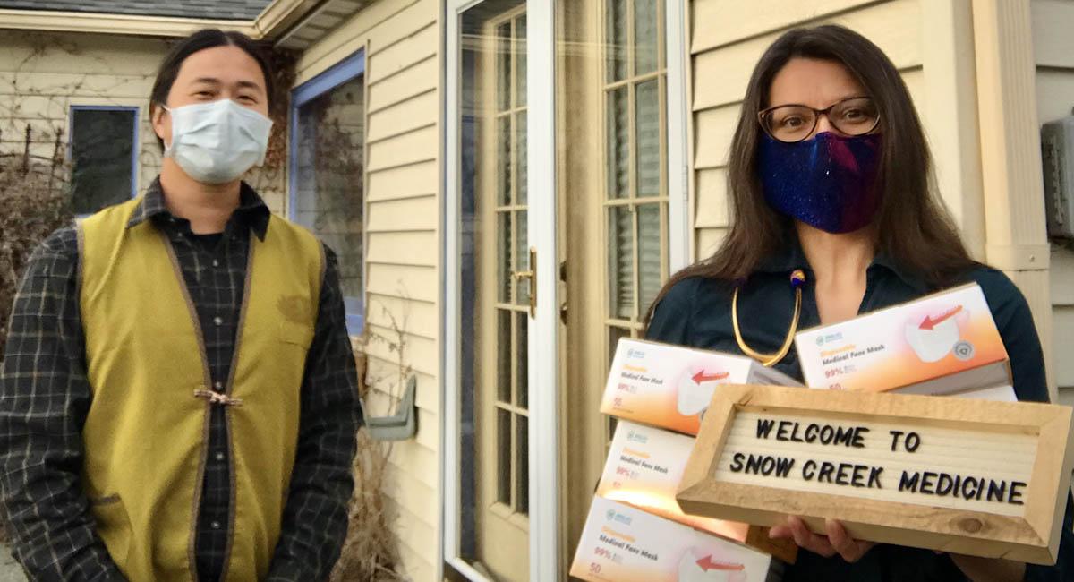 照顧弱勢貧病的社區小診所 Snow Creek Medicine接收50只口罩。