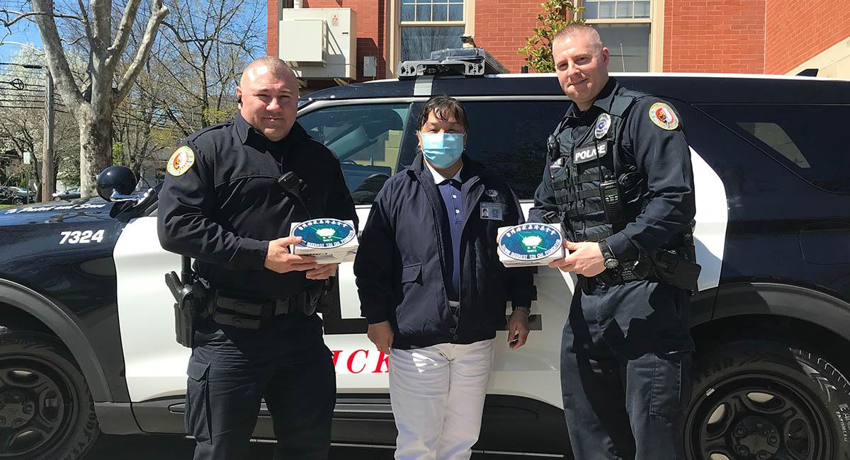 斯威克利市警察局( Sewickley Police Department )有25名员警,从疫情爆发以来,仅有少数的口罩,在不断地被要求重复使用后也将用罄,志工们送来的口罩就像是及时雨,让他们减少曝露在病毒的危险中。摄影/张煜函