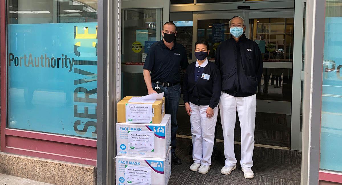 4月21日,志工们带了5000只口罩送去匹兹堡市区的公共运输部,守护大众运输司机们的安全。摄影/吴天舟