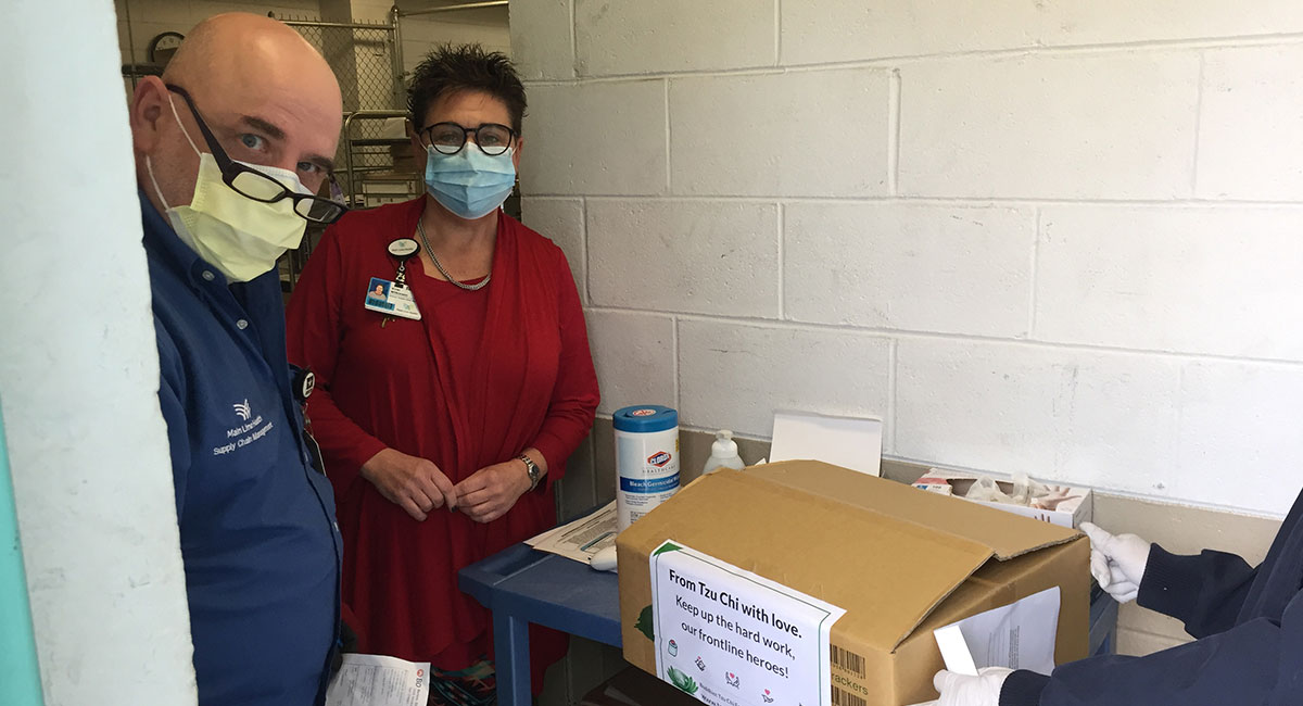 4月20日,志工将700只外科口罩送给Bryn Mawr Hospital。医院规定的捐赠地点在医院的物资中心室。照片提供/王淑玲